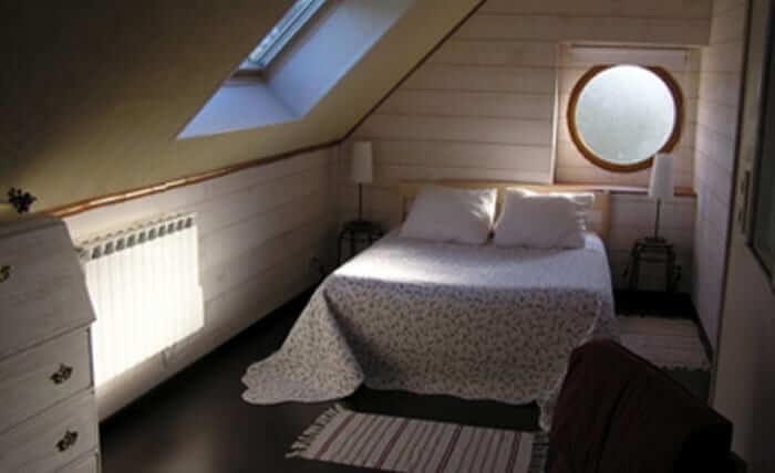 Une chambre dans les anciens greniers à blé, au dessus-du Spa, espace bien-être de Dihan en Bretagne.
