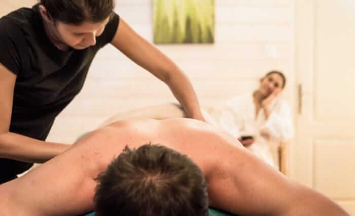 Bienfaits des massages en Bretagne, sur le tour du monde de Dihan hébergements insolites en Morbihan