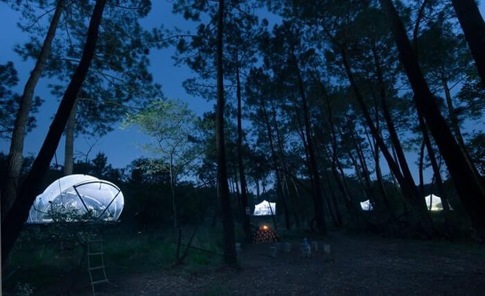 Le village de tentes bulles (ici en transparence, peuvent être fermées par un rideau) en Bretagne