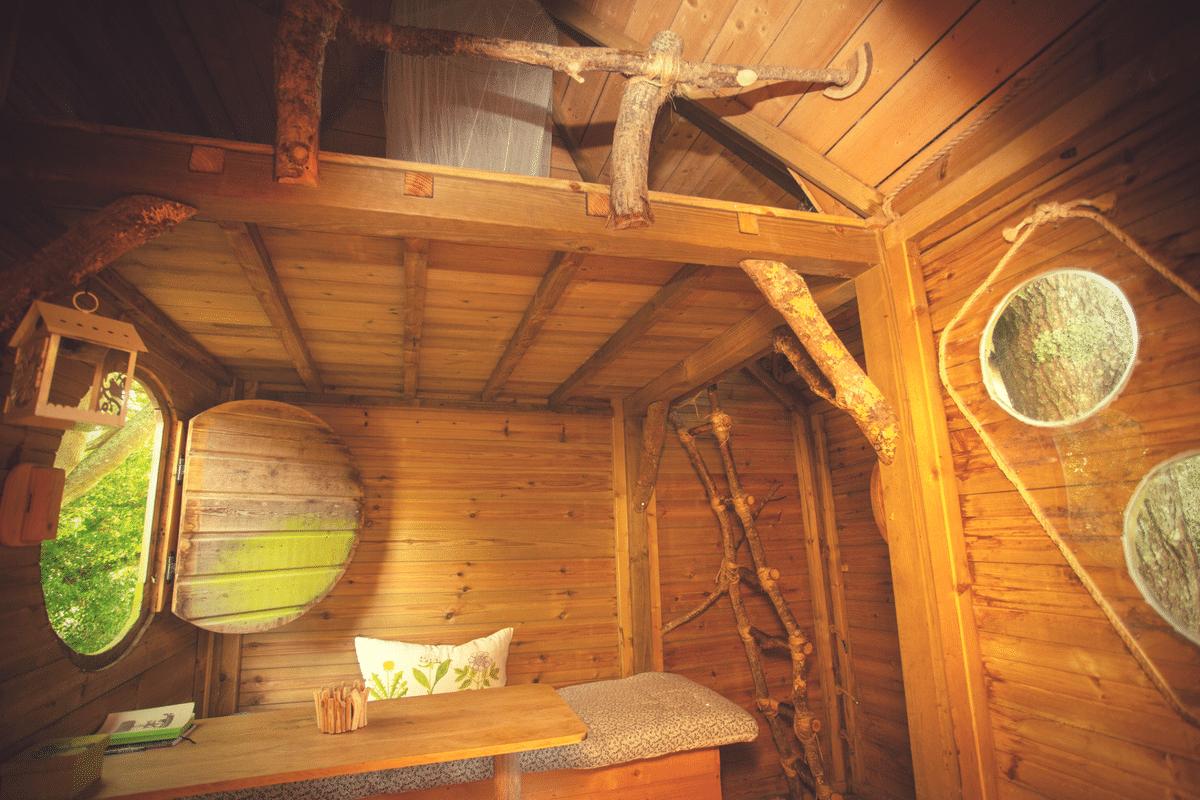Interieur cabane dans les arbres Heol de Dihan Evasion proche de Carnac