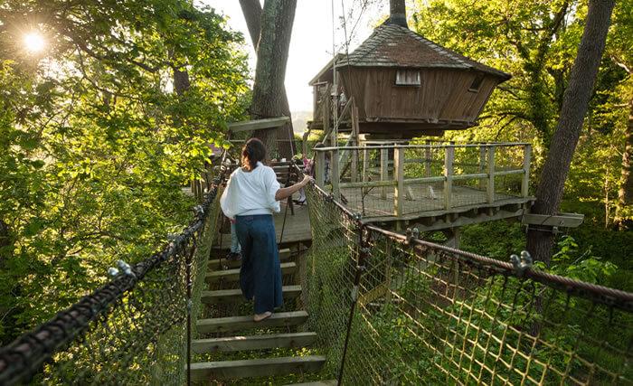 Cabane suspendue dans les arbres