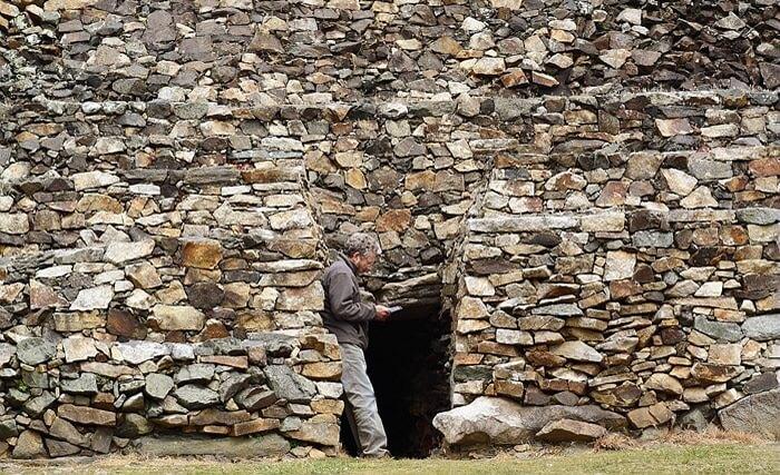 Entrée d'un monument mégalithique unique au monde en Morbihan, Bretagne sud.