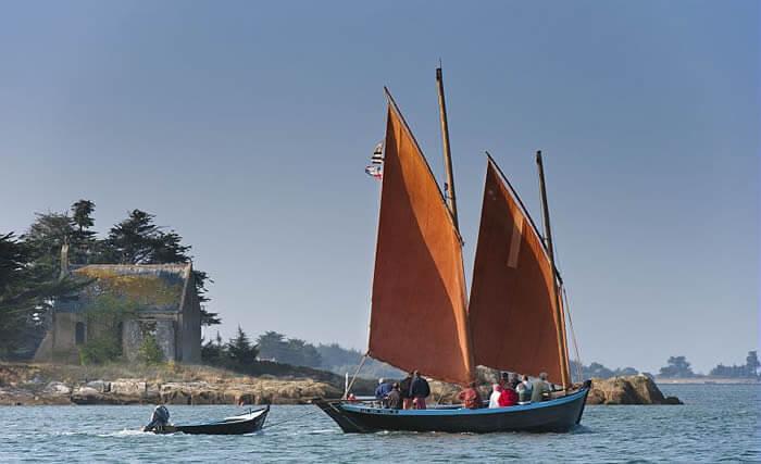 Les sinagots et les forbans, deux voiliers typiques du golfe du Morbihan.
