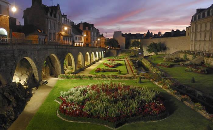 Les jardins des remparts à Vannes ou sont régulièrement exposés des œuvres, photos par exemple pendant le festival de la photo de mer.