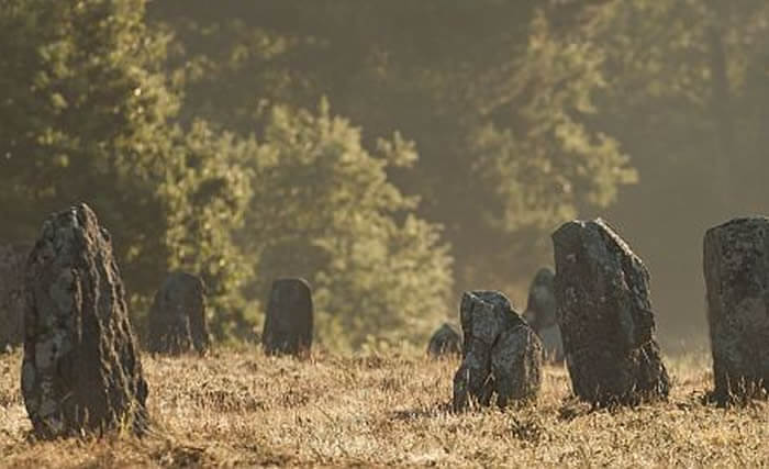 Les mystérieux menhirs près de Dihan, hébergements insolites en Morbihan