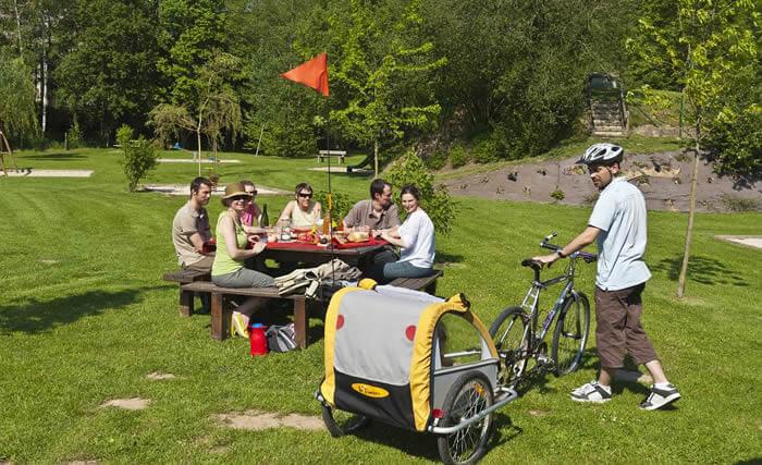 Sorties en vélo en famille, même avec les petits bouts, grâce à la carriole...