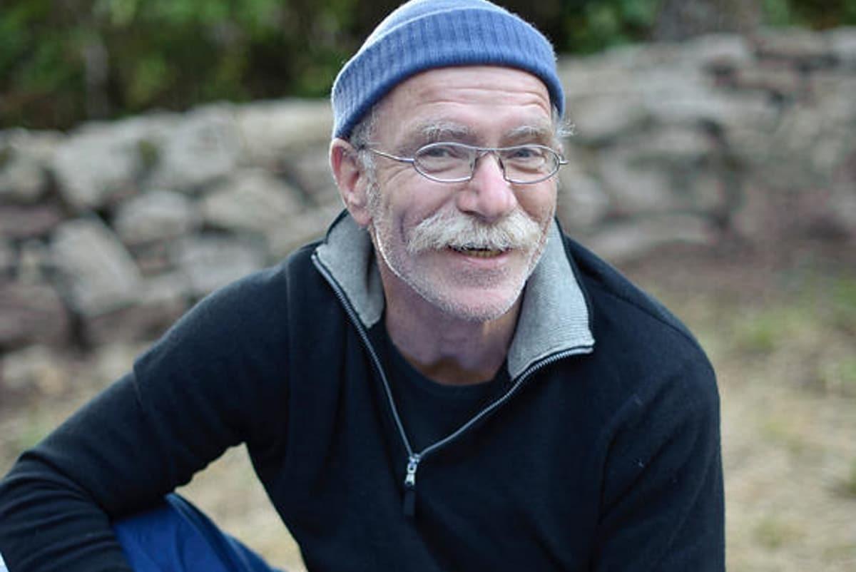 Conteur et organisateur des soirées contes au Géant du Manio, à Carnac.